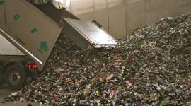 L'arrivo di vetro plastica e lattine